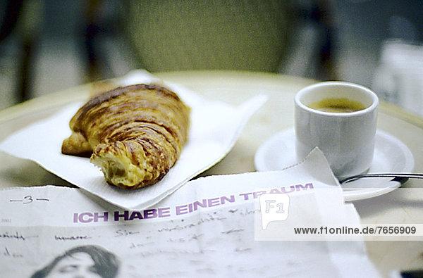 Croissant  Tasse Kaffee und Zeitung