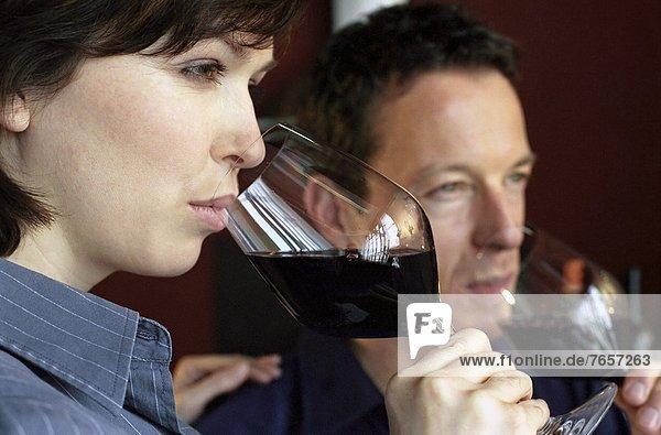 Mann und Frau mittleren Alters trinken von Weingläsern - Probieren - Genuss - Alkohol