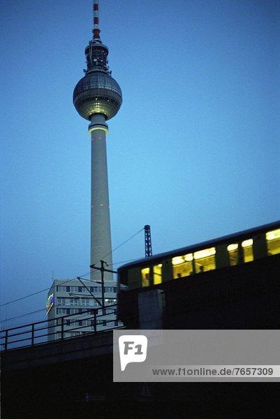 U-Bahn fährt oberirdisch am Fernsehturm am Alexanderplatz vorbei - Berlin - Großstadt