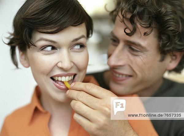 Mann füttert Frau - Pärchen