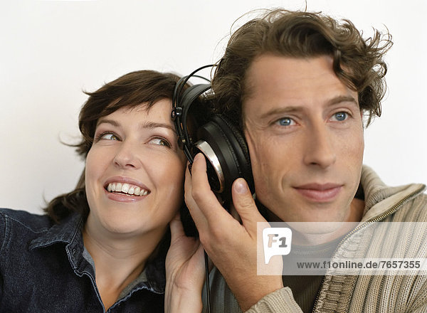 Pärchen hört Musik über einen Kopfhörer