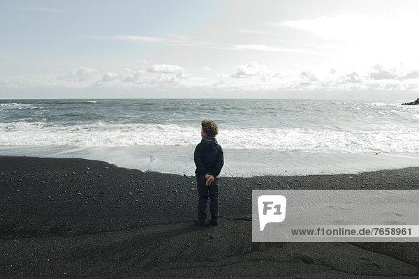 Junge mit Blick auf das Meer  Island