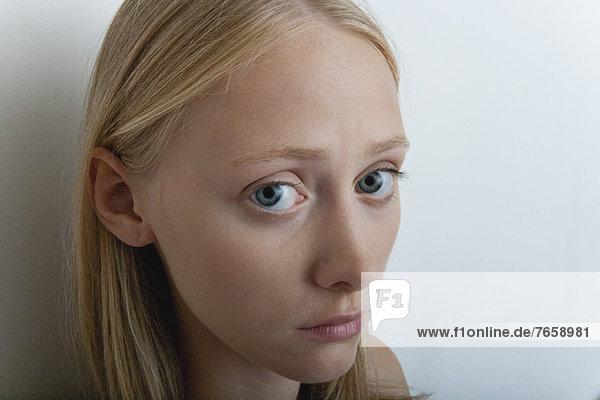 Junge Frau mit besorgtem Ausdruck  Porträt