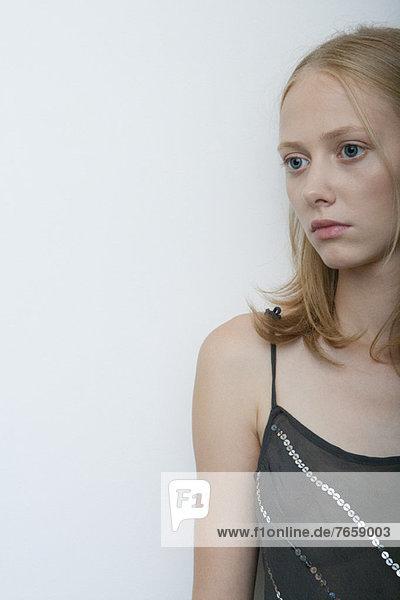 Junge Frau schaut weg  Porträt