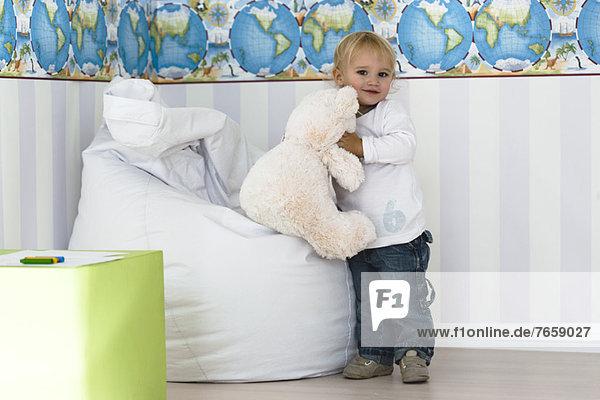 Baby Junge mit Teddybär in der Hand