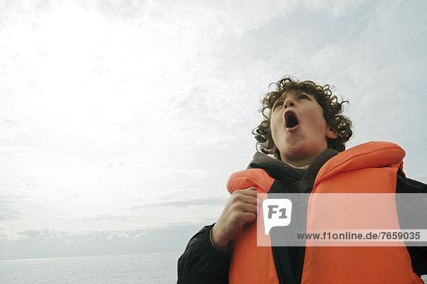 Weinender Junge mit Schwimmweste