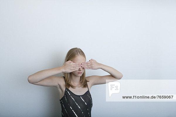 Junge Frau mit händedeckenden Augen