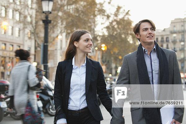 Paar  das zusammen auf der Straße geht