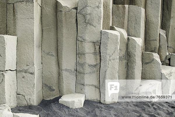 Basalt und schwarzer Sand  Nahaufnahme  Island