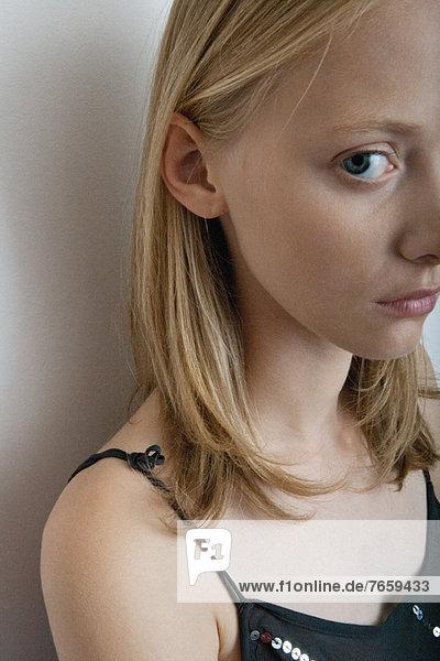 Junge Frau mit mürrischem Ausdruck  Portrait