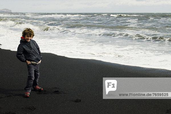 Lächelnder Junge am Strand von Island