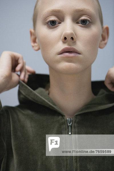 Junge Frau im Kapuzensweatshirt  Portrait