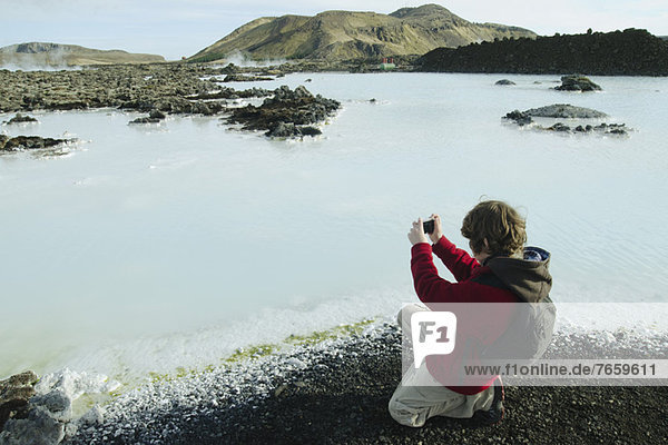 Junge fotografiert rund um die Blaue Lagune  Island