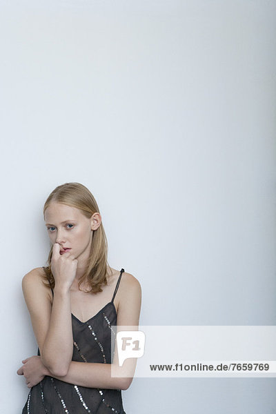 Junge Frau beißt Nägel  Portrait