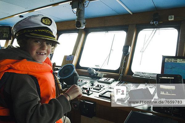 Junge spielt Kapitän,  Cockpit