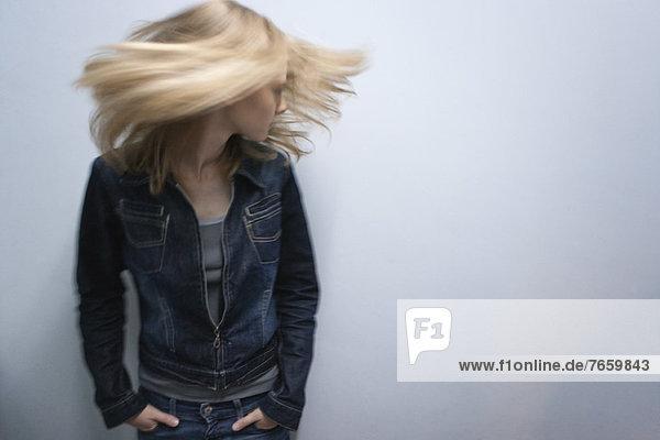 Junge Frau beim Haarewerfen