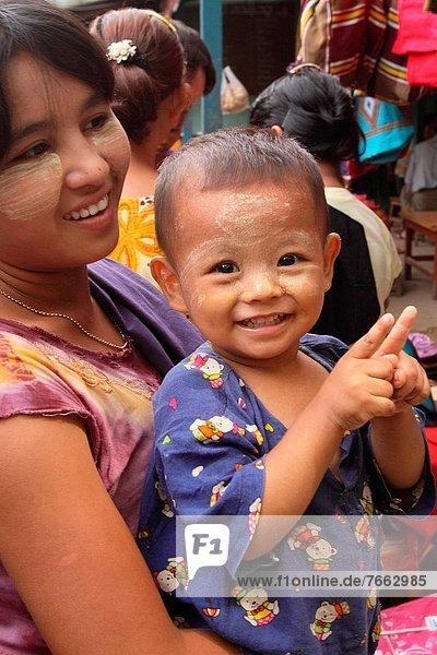 Frau  tragen  Junge - Person  Menschlicher Vater  Myanmar  Inle See  Markt  Shan Staat