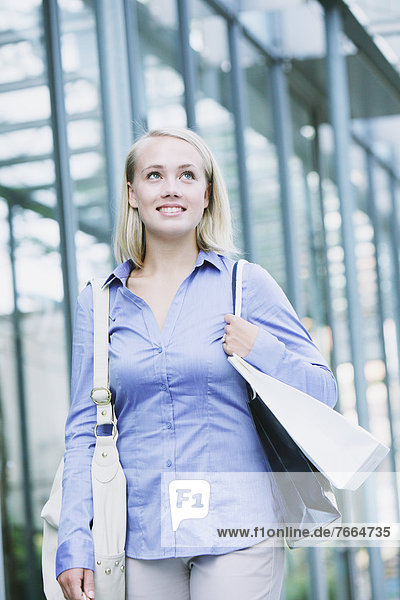 Junge Frau einkaufen