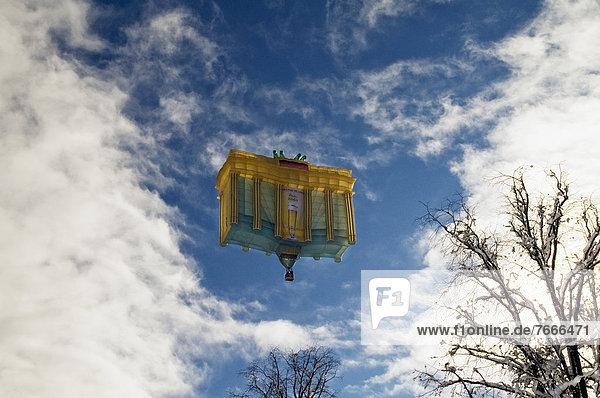 Heißluftballon in Form des Brandenburger Tors  12. Tegernseer Tal Montgolfiade  Bad Wiessee  Bayern  Deutschland  Europa