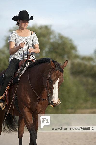 Frau auf einem Quarter Horse