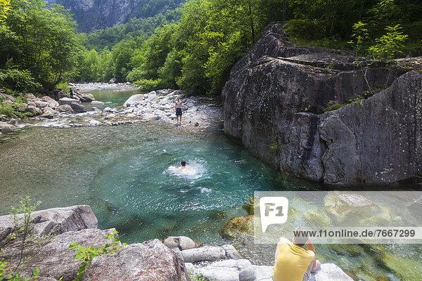 Badestelle in kristallklarem Fluss  Val Bavona  Valle Maggia  Tessin  Schweiz  Europa Badestelle in kristallklarem Fluss, Val Bavona, Valle Maggia, Tessin, Schweiz, Europa