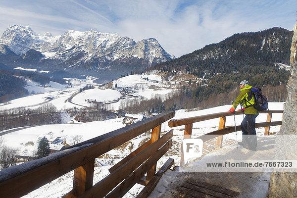 Ein Mann beim Wandern am Soleleitungsweg nach Berchtesgaden  Berchtesgadener Land  Bayern  Deutschland  Europa