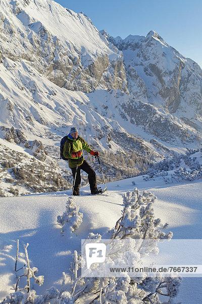 Ein Mann beim Schneeschuhwandern  Schneeschuhtour am Torrener Joch  Grenze Salzburg - Berchtesgaden  Blick zum Hohen Brett  Berchtesgadener Land  Bayern  Deutschland  Europa
