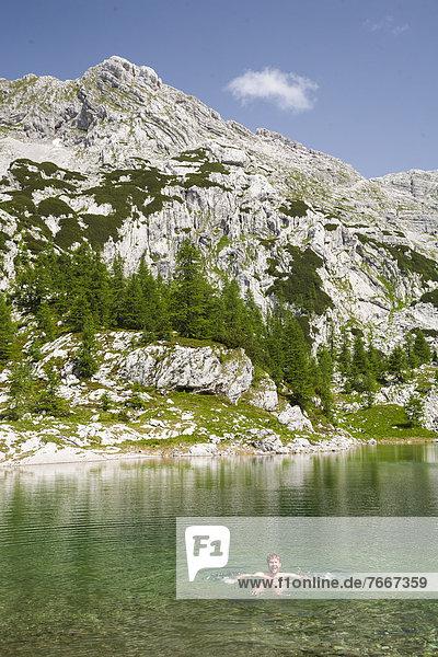Ein Mann beim Nacktbaden im Bergsee Veliko Jezero  Sieben-Seen-Tal  Nationalpark Triglav  Slowenien  Europa