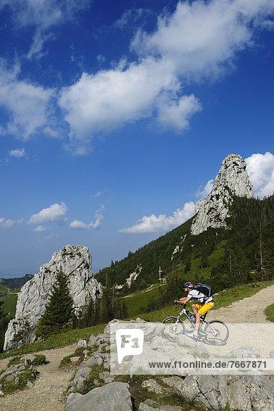 Mountainbiker auf der Kampenwand  Staffelstein  Chiemgau  Oberbayern  Bayern  Deutschland  Europa