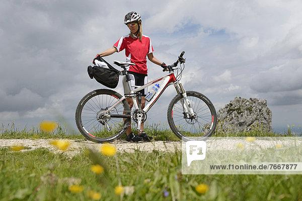 Mountainbikerin auf der Kampenwand  Chiemgau  Bayern  Deutschland  Europa