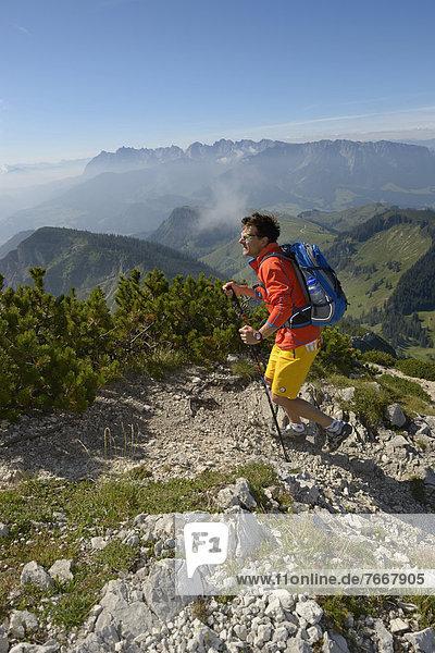Wanderer beim Aufstieg zum Geigelstein  Chiemgau  Bayern  Deutschland  Europa