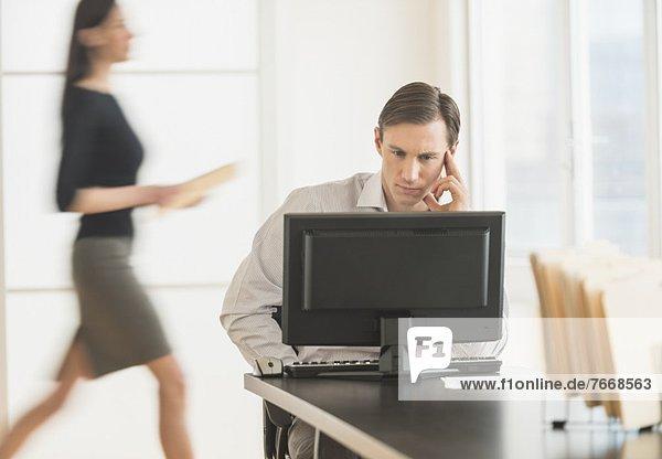 Office Worker verwenden Computer