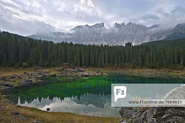 Karersee und Latemar-Gruppe  Dolomiten  Südtirol  Italien  Europa