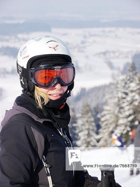 Skifahrerin am Iberg  Maierhöfen  Allgäu  Bayern  Deutschland  Europa