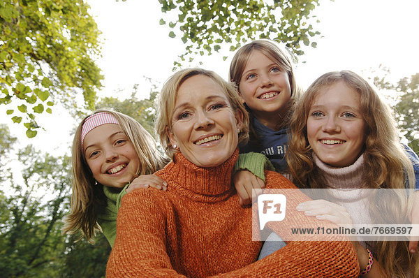 Mutter und drei Töchter im Freien