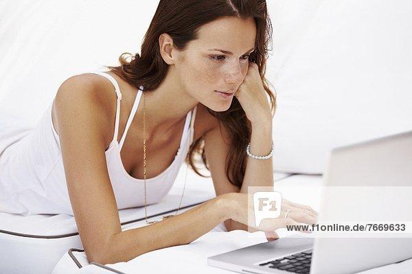 benutzen  Frau  Notebook  schießen  Studioaufnahme
