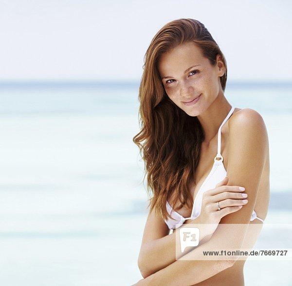Portrait einer jungen Frau in bikini