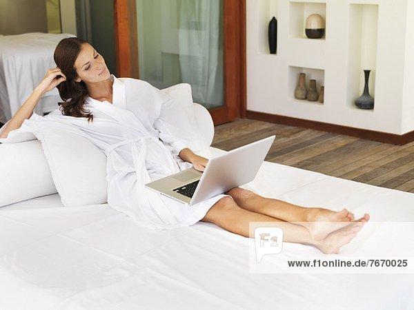 sitzend  benutzen  Frau  Notebook  Bett
