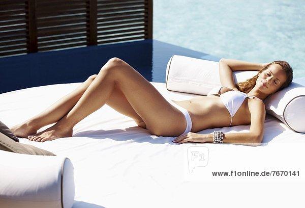 Frau  ruhen  Bikini  jung  schwimmen