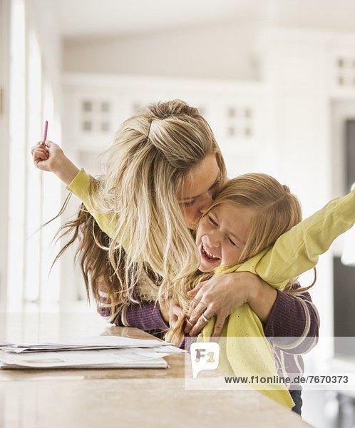 küssen  Tochter  5-9 Jahre  5 bis 9 Jahre  Mutter - Mensch  Hausaufgabe