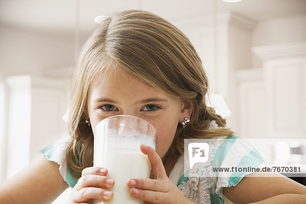 trinken  5-9 Jahre  5 bis 9 Jahre  Mädchen  Milch