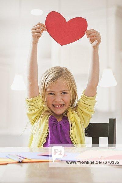 Papier  halten  rot  herzförmig  Herz  5-9 Jahre  5 bis 9 Jahre  Mädchen