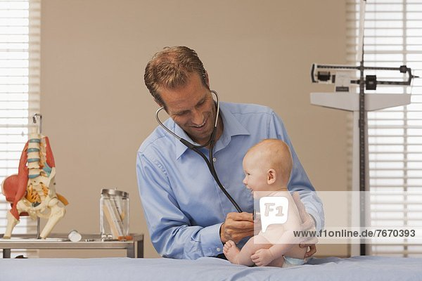 zuhören  Junge - Person  Herzschlag  Kinderarzt  Baby