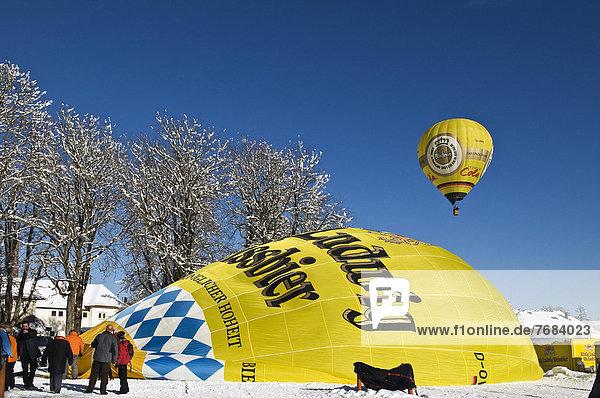 Ballons in der Luft bzw. bei der Startvorbereitung  dem Anblasen  12. Tegernseer Tal Montgolfiade  Bad Wiessee  Tegernsee  Bayern  Deutschland  Europa