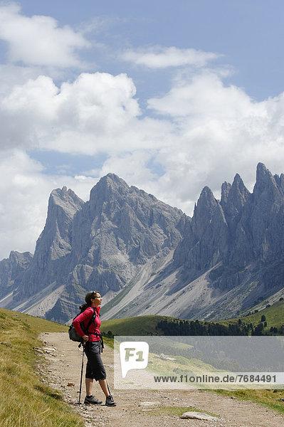 Wanderin  Bergsteigerin  auf dem Raschötz vor den Geislerspitzen  Grödnertal  Südtirol  Alto Adige  Italien  Europa