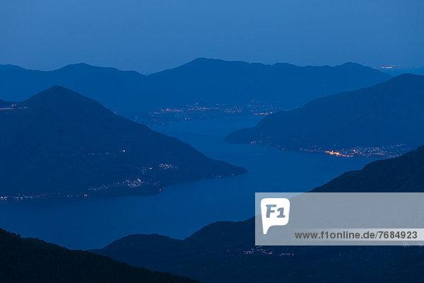 Morgenstimmung hoch über dem Lago Maggiore  Blick von der Alpe Nimi  Valle Maggia  Tessin  Schweiz  Europa Morgenstimmung hoch über dem Lago Maggiore, Blick von der Alpe Nimi, Valle Maggia, Tessin, Schweiz, Europa