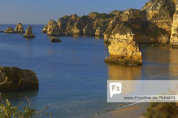 Klippen am Strand Praia da Dona Ana  Lagos  Algarve  Portugal  Europa