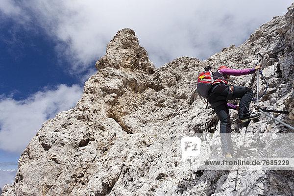 Bergsteiger beim Aufstieg zum Kesselkogel in der Rosengartengruppe  Trentino  Italien  Europa