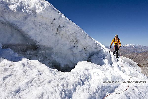Bergsteiger beim Abstieg vom Monte Cevedale  hier bei der Randspalte  Südtirol  Italien  Europa Bergsteiger beim Abstieg vom Monte Cevedale, hier bei der Randspalte, Südtirol, Italien, Europa