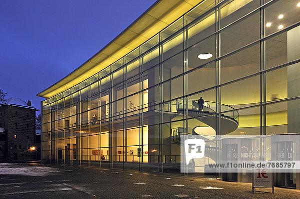 'Glasfassade ''Neues Museum''  von außen  beleuchtet in der Dämmerung  Luitpoldstraße 5  Nürnberg  Mittelfranken  Bayern  Deutschland  Europa  ÖffentlicherGrund' 'Glasfassade ''Neues Museum'', von außen, beleuchtet in der Dämmerung, Luitpoldstraße 5, Nürnberg, Mittelfranken, Bayern, Deutschland, Europa, ÖffentlicherGrund'